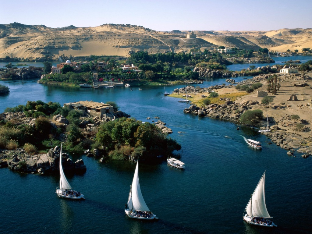 Vista aérea de falucas por el río Nilo