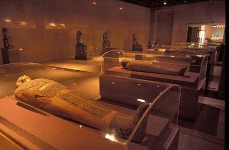 Sala de sarcófagos en el museo de Nubia