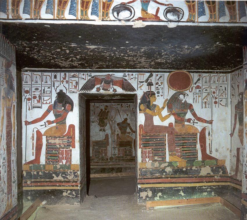 Valle de las Reinas, una de las tumbas mejor conservadas es la Tumba de la Reina Nefertari, adornada con bellos murales ejemplos de la decoración Egipcia del Imperio Nuevo.